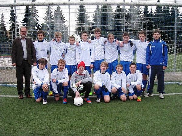Die C1-Jugend des TuS Birk mit SWL-Geschäftsführer Michael Hildebrand (links) und Trainer Alexander Schnupp (rechts)