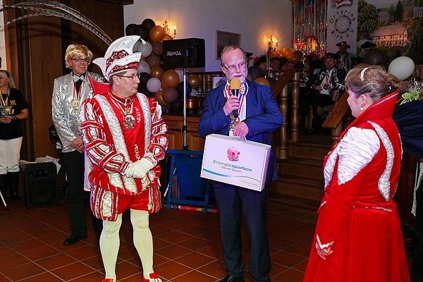 Stadtwerke-Geschäftsführer Michael Hildebrand überreicht eine Energiesparbox an das Birker Prinzenpaar (Foto: Frank Kremer)