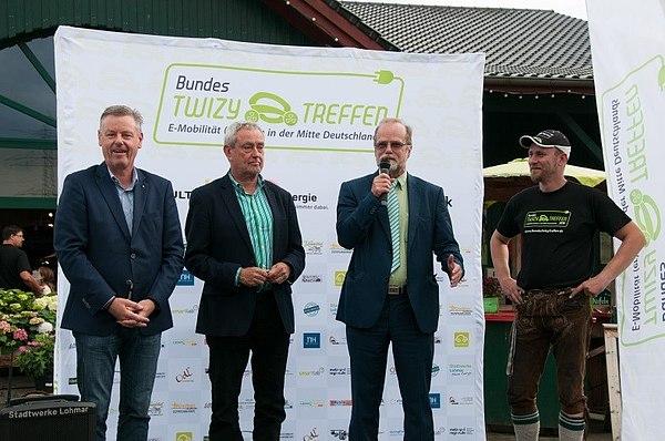 v.l.n.r. Bürgermeister Horst Krybus, Parl. Staatssekretär Horst Becker und Geschäftsführer der Stadtwerke Lohmar, Michael Hildebrand, mit dem Organisator Otto Schönbach