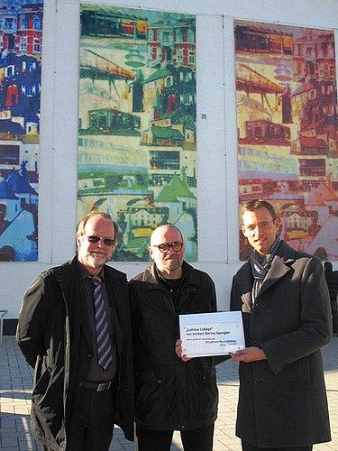 Kunst am Rathaus: Collage von Herbert Döring-Spengler schmückt den Rathausvorplatz