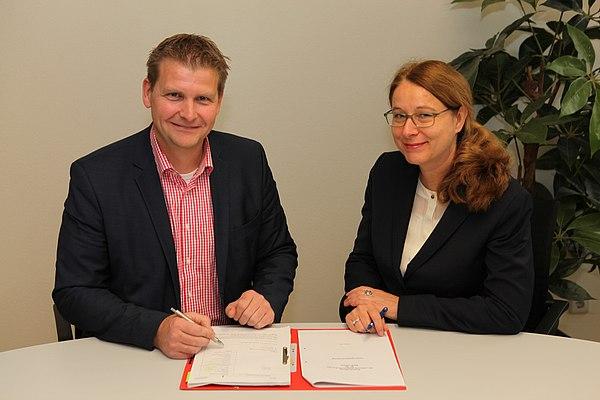 Peter Madel (1. Beigeordneter Stadt Lohmar) und Uta Synder (Geschäftsführerin Stadtwerke Lohmar) bei der Vertragsunterzeichnung - Foto: Frank Kremer
