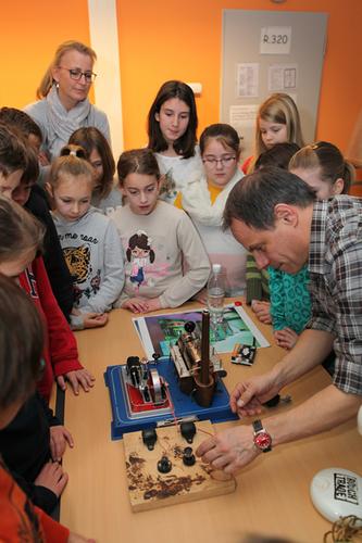 Klassenlehrerin Frau Kampf und die Schüler der Klasse 4b der Waldschule Lohmar staunen über die von Dr. Markus Phlippen aufgebaute Dampfmaschine