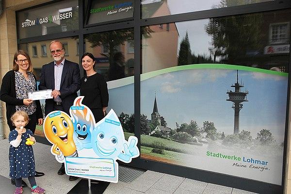 Cornelia Alber und Tochter Paula nehmen strahlend die Zoo-Jahreskarte von Stadtwerke-Geschäftsführer Michael Hildebrand und Maya Hendricks (Marketing) entgegen. (Foto: Frank Kremer)