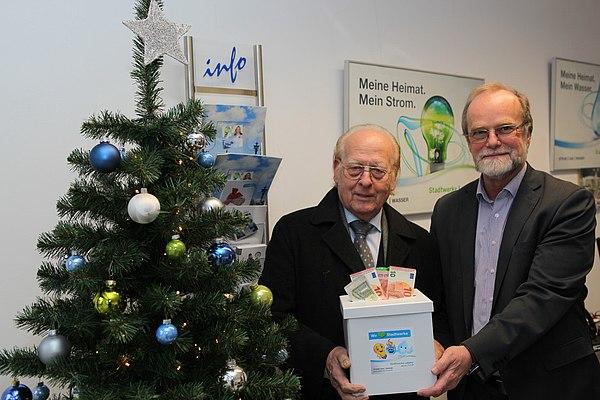 Weihnachtliche Spende vor dem Tannenbaum: Hans Günther van Allen (l.) und Michael Hildebrand (r.) (Foto: Frank Kremer)