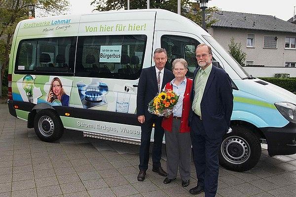 Bürgermeister Horst Krybus, Helene Krotky (Vorsitzende Bürgerbus Lohmar e.V.), Michael Hildebrand Geschäftsführer Stadtwerke Lohmar