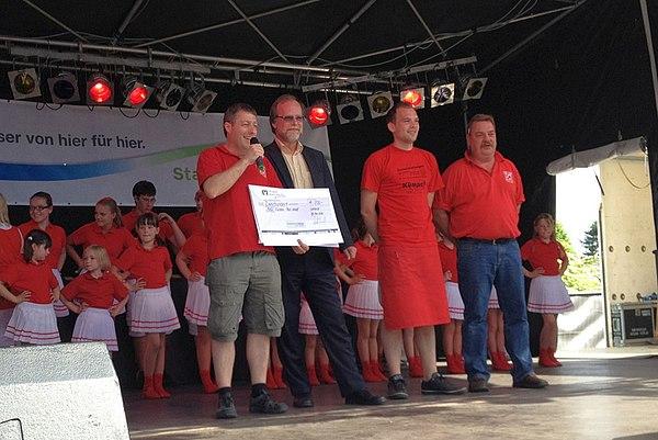 Geschäftsführer der Stadtwerke Lohmar, Michael Hildebrand, bei der Scheckübergabe an den Vorstand der Kazi-Funken
