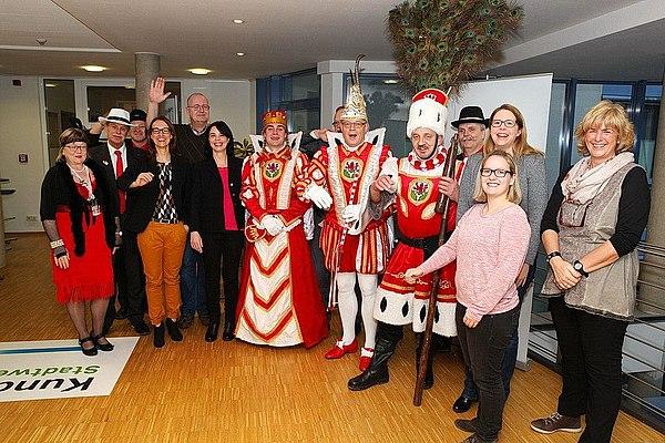 Die Belegschaft der Stadtwerke Lohmar freut sich über den Besuch des Dreigestirns
