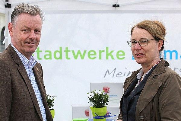 Bürgermeister Horst Krybus und Uta Synder, Geschäftsführerin der Stadtwerke Lohmar