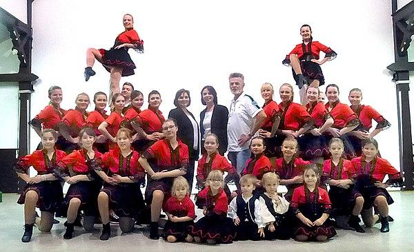 Die Tanzgruppe mit Präsident und Sponsoren (Foto: Klaus Löffler)