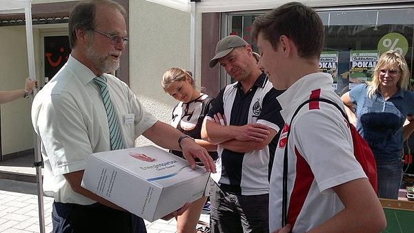 Sieger des Subbuteo-Turniers, Kai Hagenkötter und Geschäftsführer der Stadtwerke Lohmar Michael Hildebrand