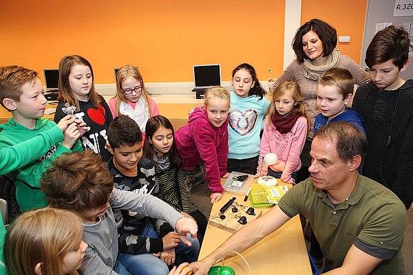 Dr. Markus Phlippen, umringt von Schülern der Klasse 4b (Foto: Frank Kremer)