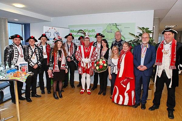 Das Birker Prinzenpaar mit Stadtwerke-Mitarbeitern (Foto: Kremer)