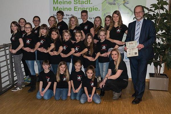 Die Aggermeute, kniend: Trainerin Helga Friedrich, Michael Hildebrand Geschäftsführer Stadtwerke Lohmar