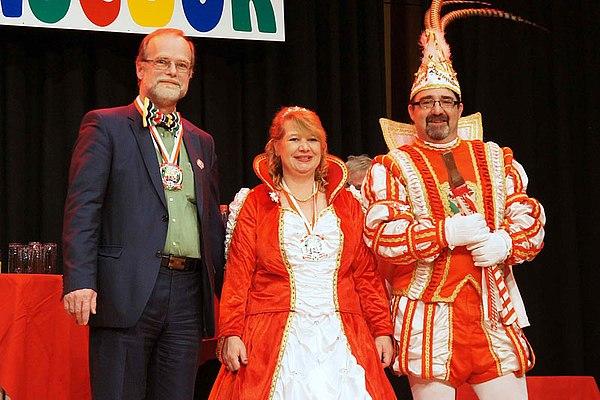 Michael Hildebrand, Geschäftsführer der Stadtwerke Lohmar mit dem Lohmarer Prinzenpaar Prinzessin Michaela I und Prinz Thomas I