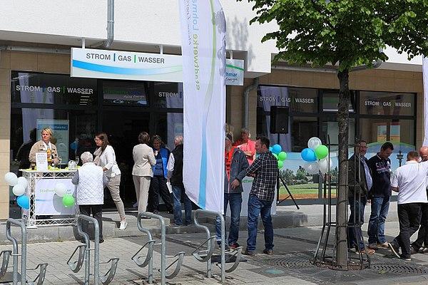 Gut gelaunte Stadtwerke- Mitarbeiter und Kunden (Foto: Frank Kremer)