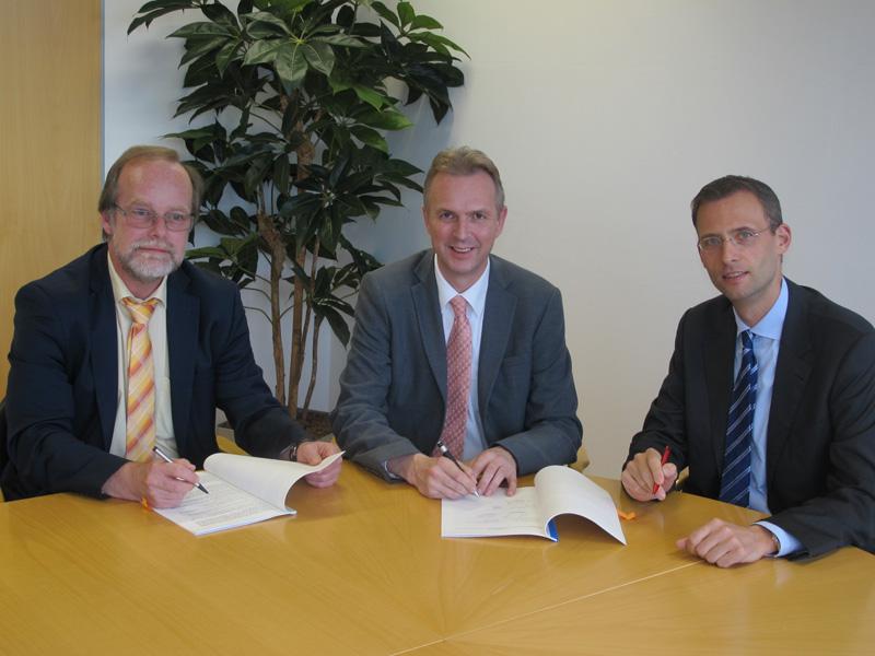 Die Geschäftsführer der Stadtwerke Lohmar Michael Hildebrand und Dr. Christoph Vielhaber und der Erste Beigeordnete der Stadt Lohmar Dirk Brügge, bei der Vertragsunterzeichnung (v.l.n.r.)