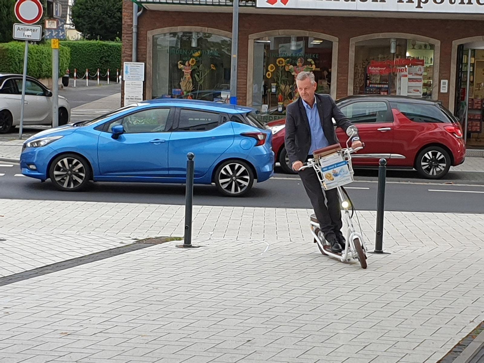 Bürgermeister Horst Krybus bei der ersten Roller-Probefahrt (Foto: Stadtwerke Lohmar)